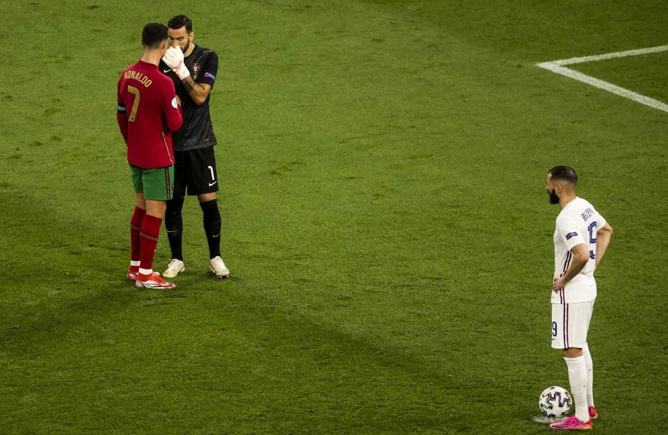 Ronaldo mách nước cho Patricio trước quả đá 11m của Benzema. Ảnh: UEFA