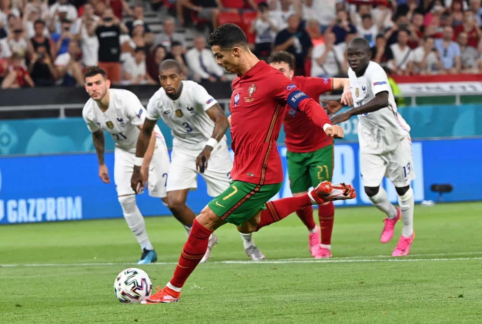 Hai bàn từ phạt đền trước Pháp giúp Ronaldo vươn lên độc chiếm ngôi đầu cuộc đua ghi bàn tại Euro 2021 với năm bàn. Ảnh: AP