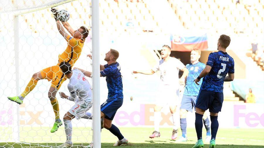 Dubravka (kuning) mendorong bola ke gawang tuan rumah.  Foto: Reuters