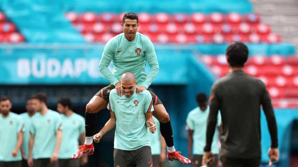 Ronaldo dan Pepe pernah 14 tahun menjadi rekan setim di timnas Portugal.  Foto: Gol