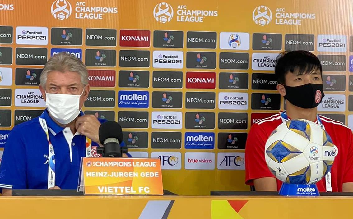 HLV Jurgen Gede và đội trưởng Bùi Tiến Dũng họp báo trước trận đấu. Ảnh: Viettel FC.