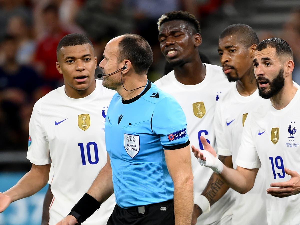 ผู้เล่นชาวฝรั่งเศสโต้เถียงกับผู้ตัดสินระหว่างการแข่งขันกับโปรตุเกส – การแข่งขันที่มีสามจุดโทษ  รูปถ่าย: Goal