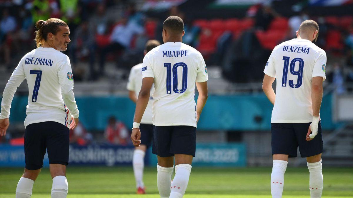 Benzema, Mbappe dan Griezmann saling bertukar sebelum setuju untuk memilih penendang penalti dalam hasil imbang 2-2 dengan Portugal.  foto: AFP