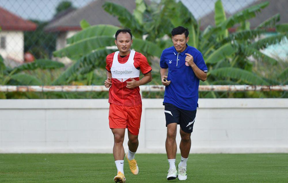 "Nguyen Trong Hoang ต้องฝึกซ้อมแยกกันเนื่องจากความตึงเครียดของกล้ามเนื้อ ในช่วงบ่ายของวันที่ 25 มิถุนายน  ภาพถ่าย: ""Thu Ha ."""