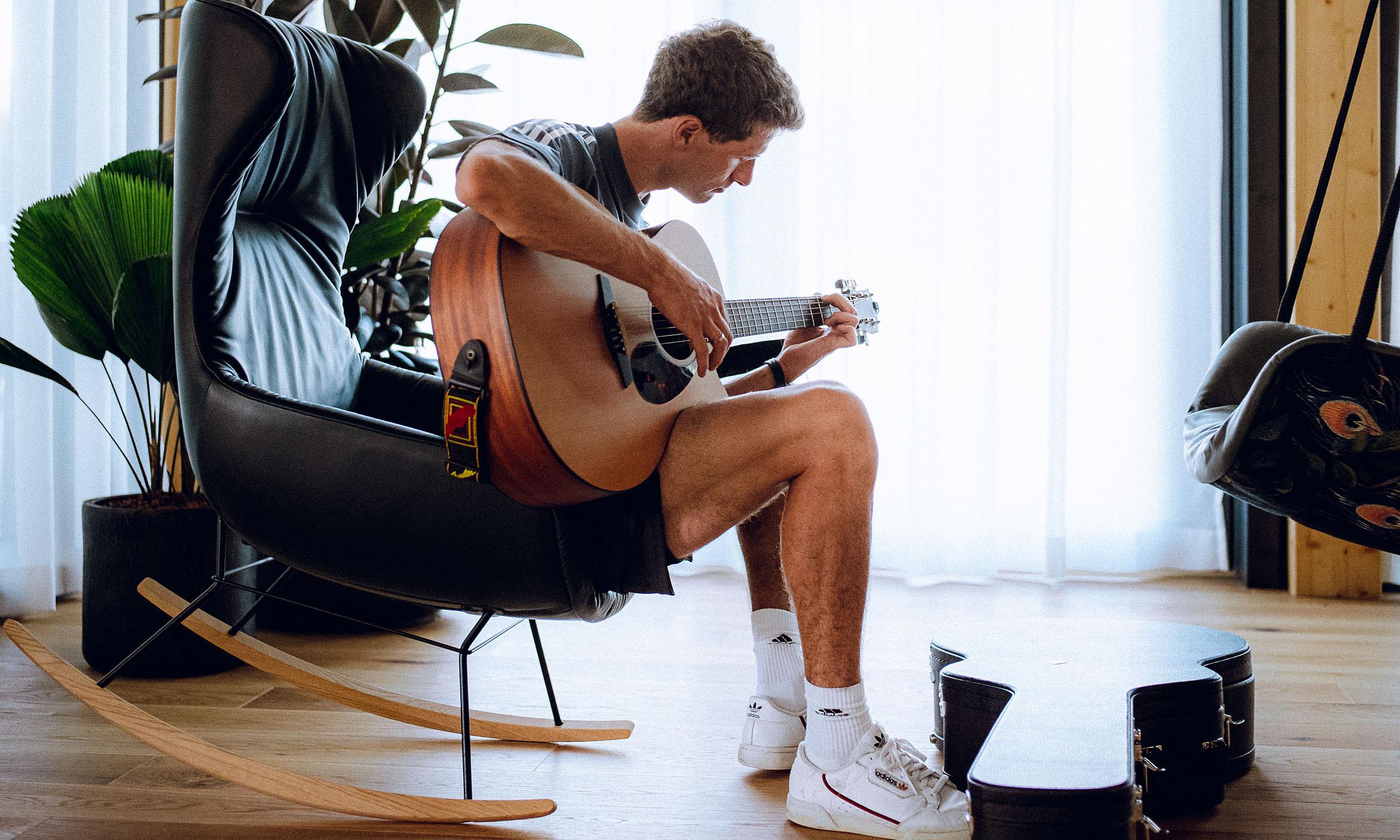 Muller tranh thủ chơi đàn trong hai ngày nghỉ của tuyển Đức. Ảnh: DFB