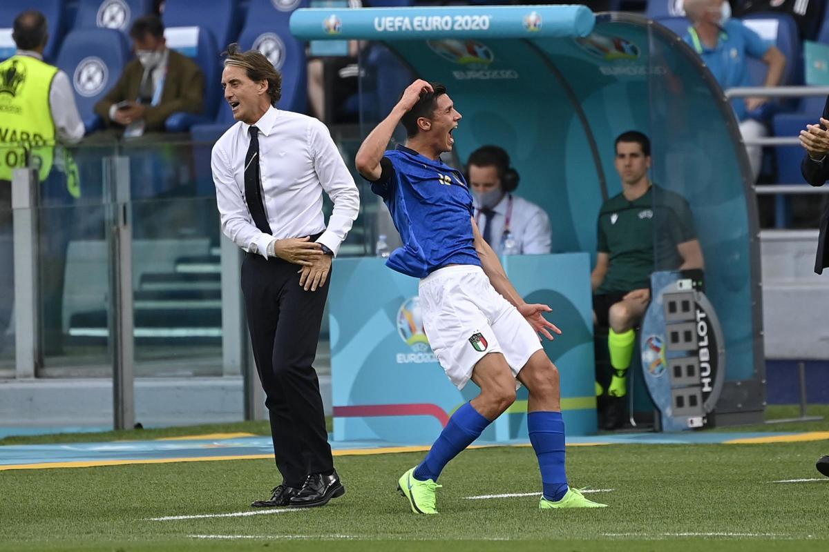 Mancini xây dựng một tập thể Italy đồng đều và không thụ thuộc quá lớn vào bất kỳ ngôi sao nào. Trong ảnh, tiền vệ Matteo Pessina - trong lần đầu đá chính tại Euro 2021 - mừng bàn quyết định, hạ Xứ Wales 1-0 ở lượt trận cuối vòng bảng. Ảnh: Lapresse