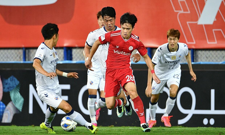 Hoang Duc menggiring bola di tengah lingkaran pemain Ulsan.