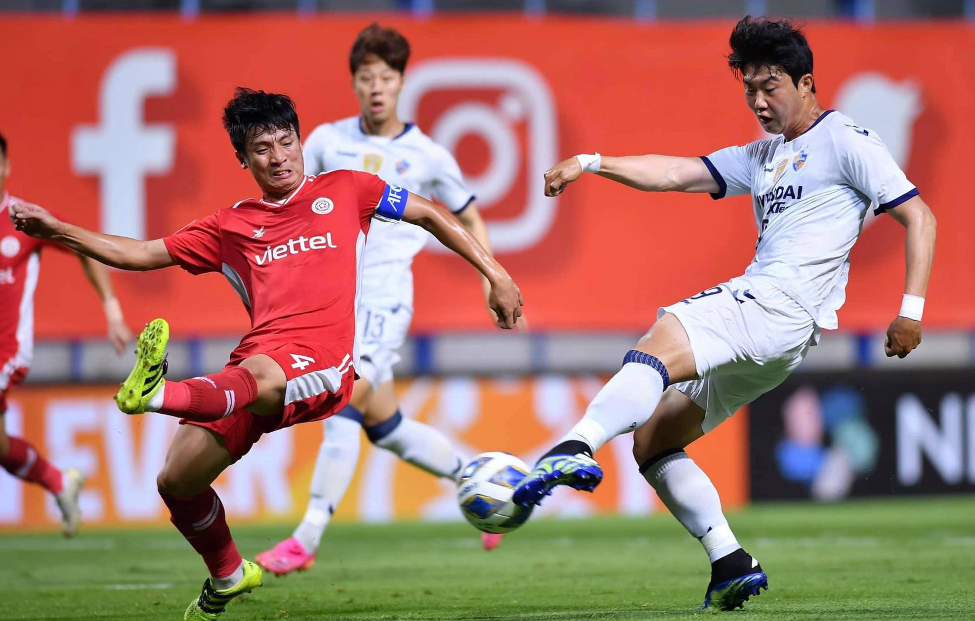 """บุยเตียนดุง (เสื้อแดง) และเพื่อนร่วมทีมยืนหยัดอย่างมั่นคงเป็นเวลา 90 นาทีก่อนที่จะเสียสมาธิและแพ้การแข่งขัน  ภาพถ่าย: """"Viettel FC."""