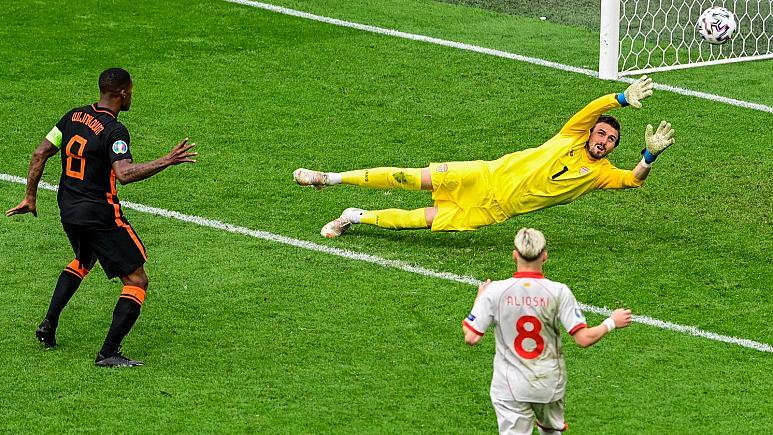 Georginio Wijnaldum memastikan kemenangan 3-0 untuk Belanda melawan Makedonia Utara di pertandingan terakhir penyisihan grup.  Foto: AP