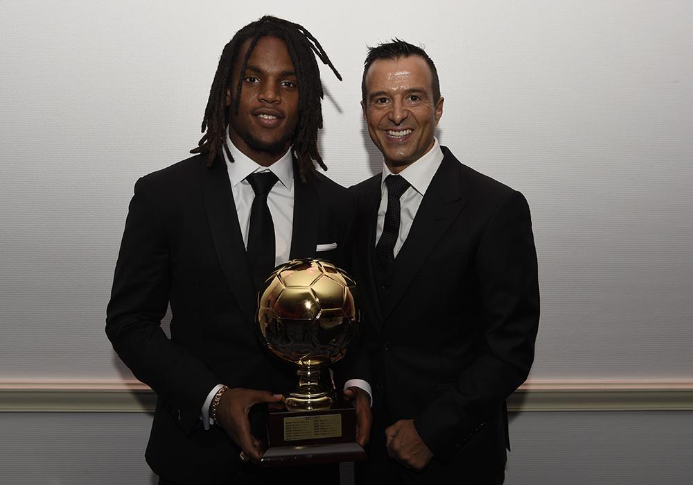 Sanches nhận giải Cậu Bé Vàng - giải thưởng được ví như Quả Bóng Vàng cho lứa cầu thủ U20 - năm 2016. Ảnh: Gestifude