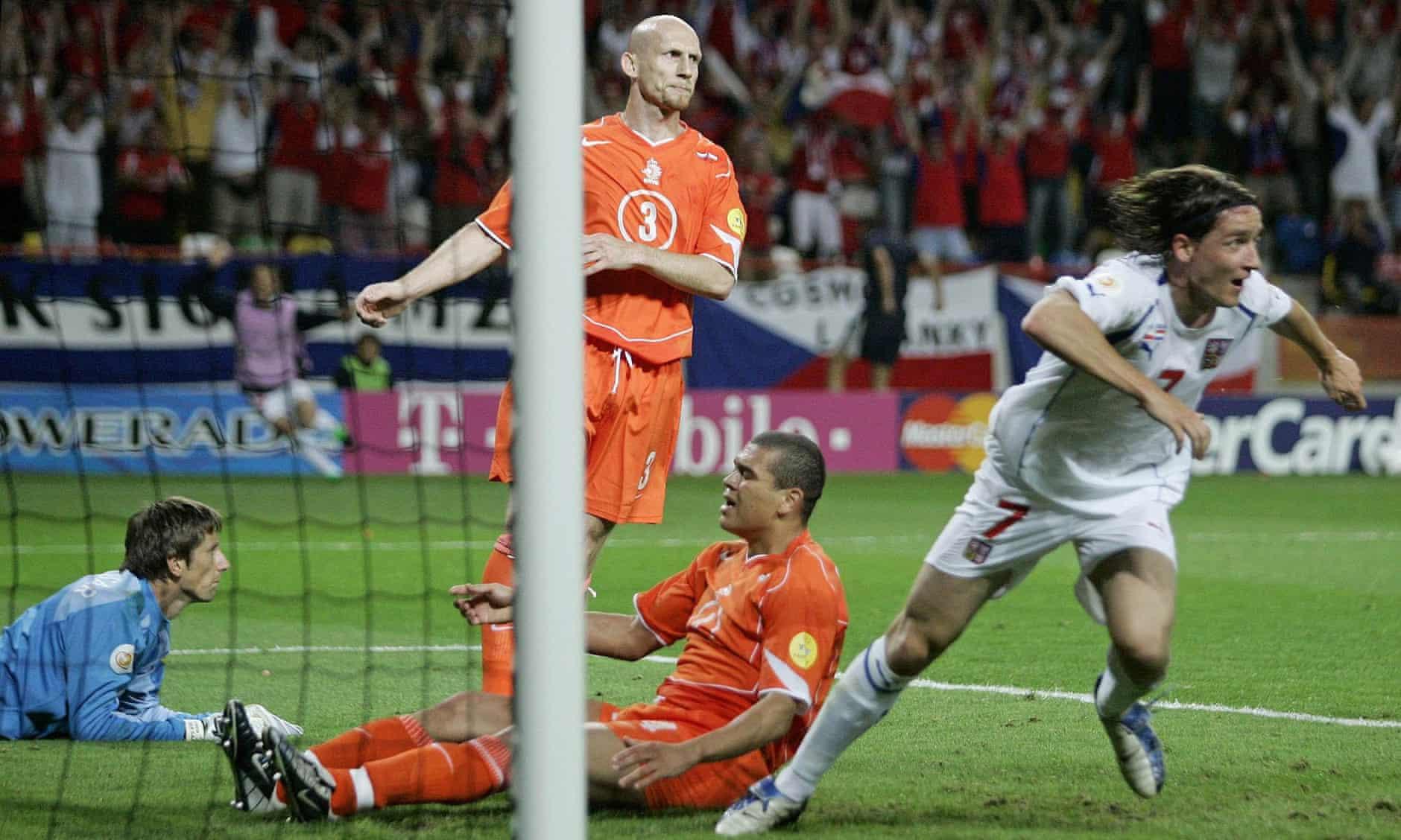 Vladimir Smicer membuat kemenangan 3-2 untuk Republik Ceko melawan Belanda di babak penyisihan grup Euro 2004. Foto: EPA