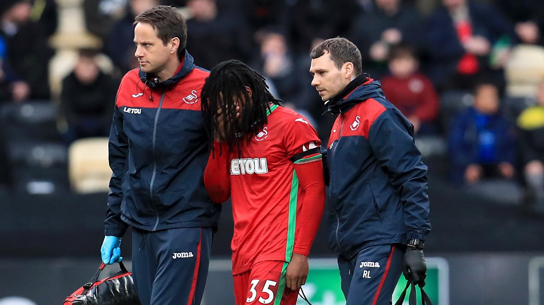 Chấn thương cùng áp lực kỳ vọng ở Swansea nhận Sanches chìm sâu thêm vào vũng lầy khủng hoảng. Ảnh: PA