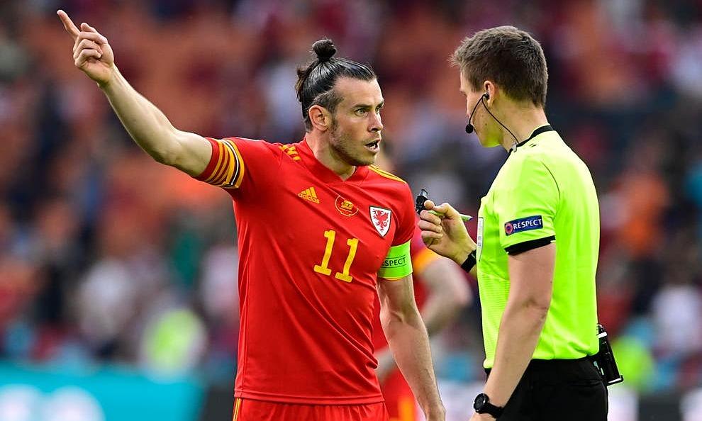 Bale phản ứng với trọng tài Siebert vì không từ chối bàn của Đan Mạch. Ảnh: AP
