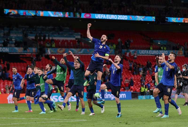 Italy vào tứ kết sau chiến thắng hú vía.