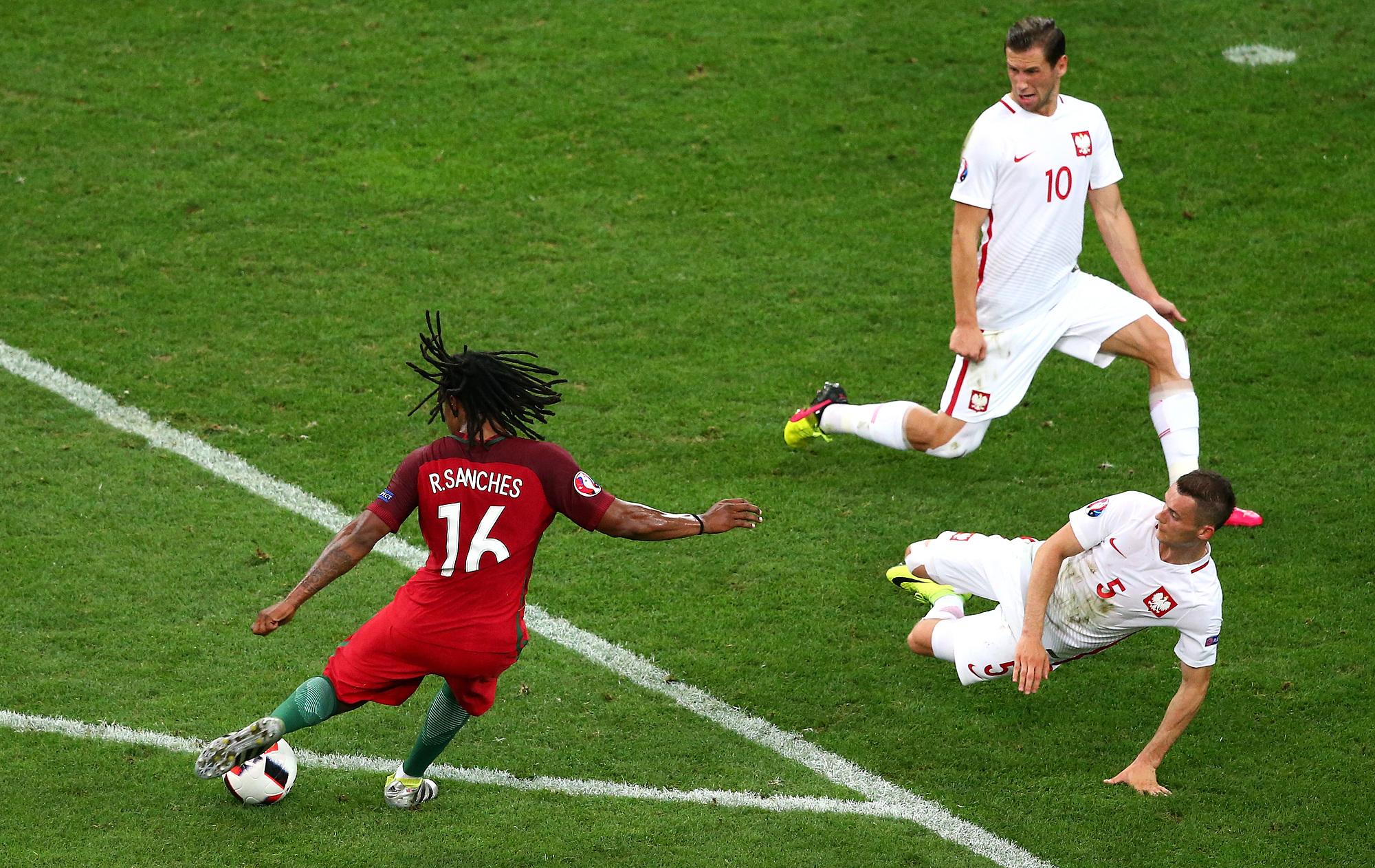 Sanches trong pha nã đại bác tung lưới Ba Lan ở Euro 2016. Ảnh: PA