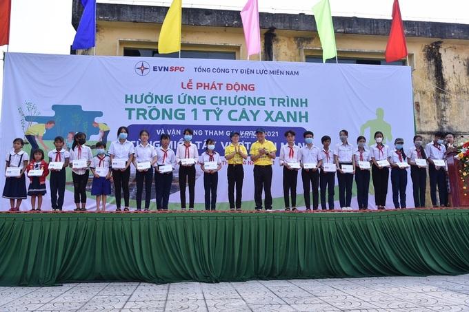 100 beasiswa dan 50 sepeda diberikan kepada anak-anak kurang mampu di Soc Trang pada acara launching penanaman pohon EVNSPC.
