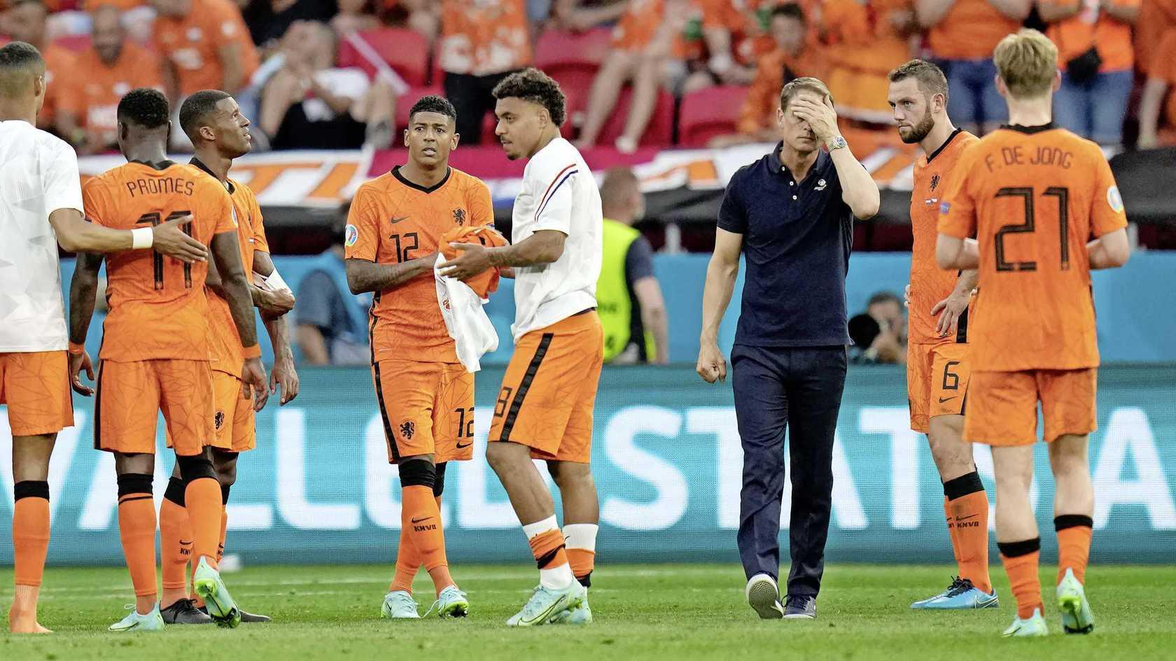 HLV Frank de Boer và các cầu thủ Hà Lan thất thần sau khi thua CH Czech trên sân Ferenc Puskas, Budapest, Hungary hôm 27/6. Ảnh: ANP