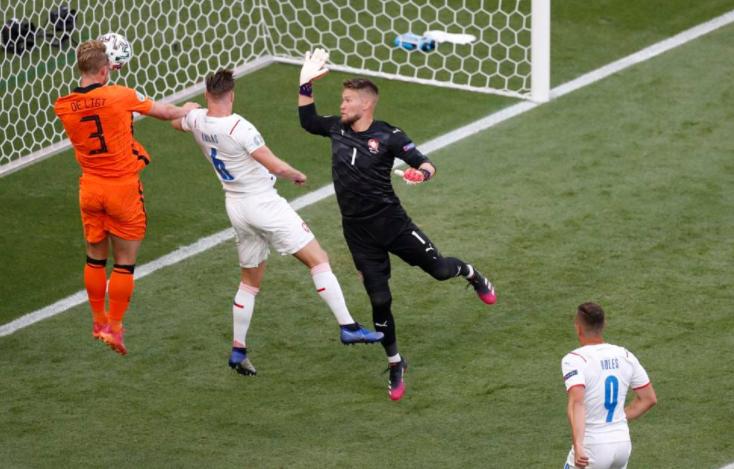 Belanda (baju oranye) memiliki banyak peluang di 15 menit pertama.  Foto: Reuters