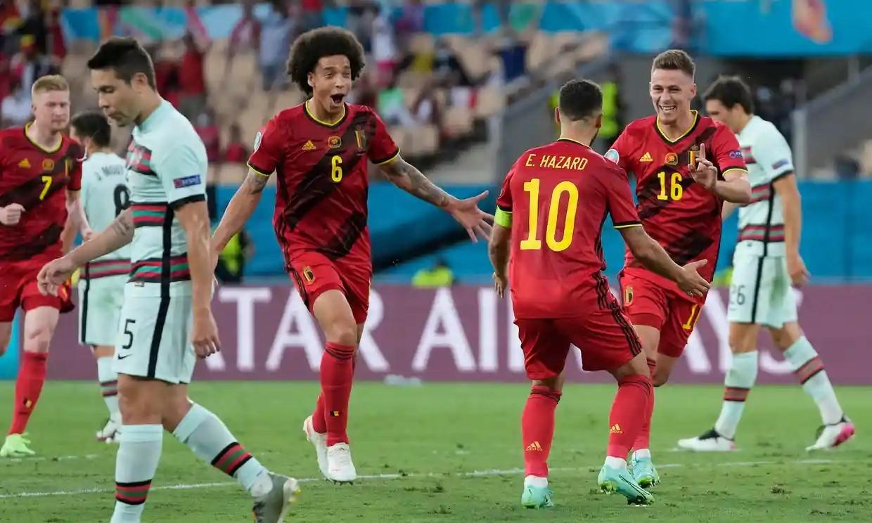 Hazard berbagi kegembiraan dengan rekan satu timnya setelah mencetak gol pembuka.  Foto: Kolam renang.