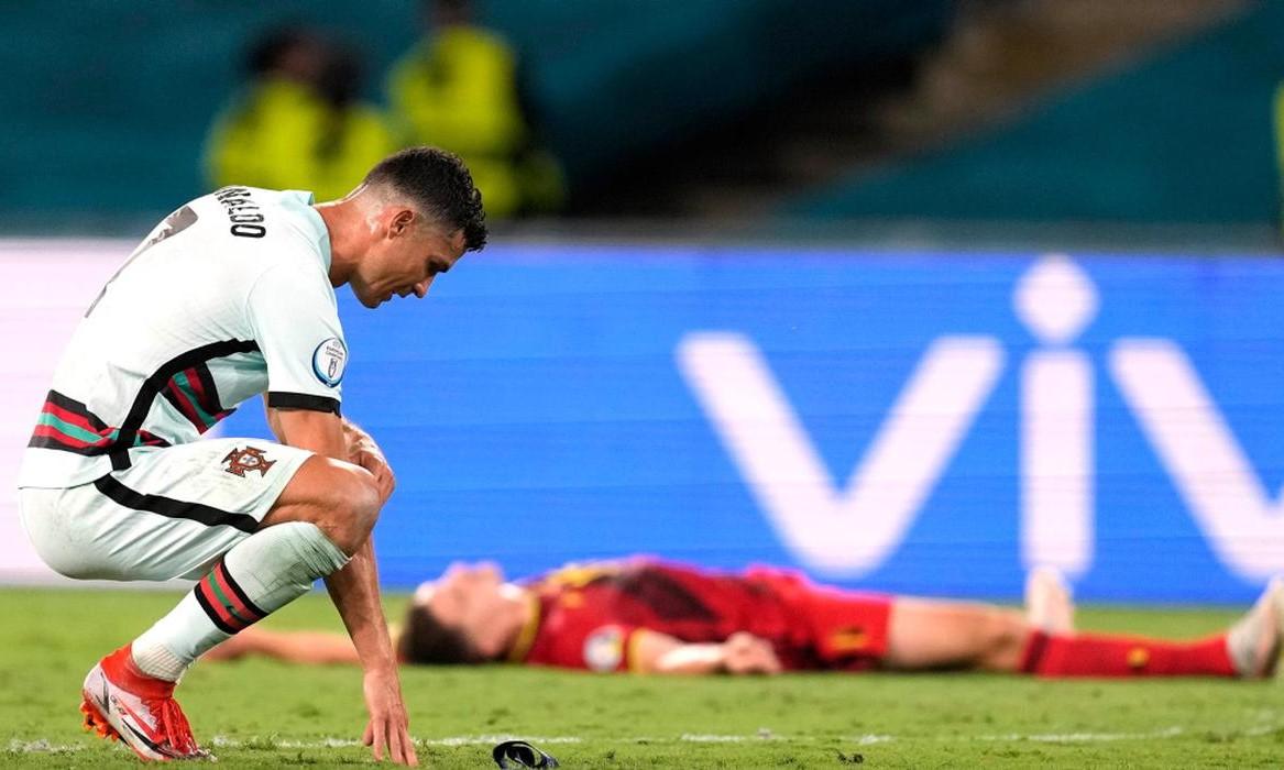 Ronaldo ambruk di lapangan dengan sedih setelah wasit meniup peluit akhir.  Foto: AP.