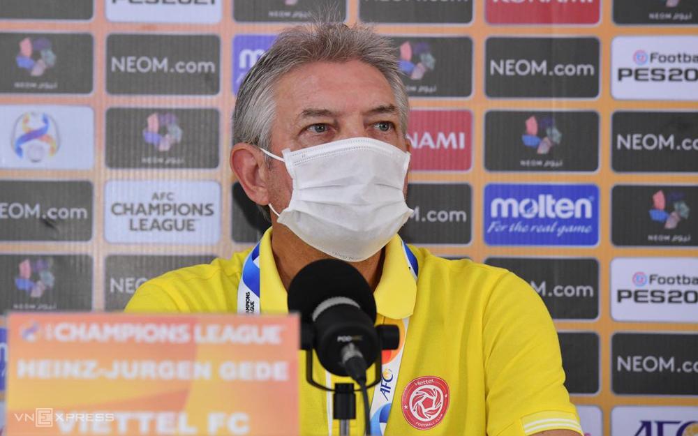 "Jurgen Gede นำ Viettel ไปเล่น AFC Champions League เนื่องจากโค้ช Truong Viet Hoang ไม่มีใบอนุญาต Pro ตามที่กำหนด  ภาพถ่าย: ""Thu Ha ."""