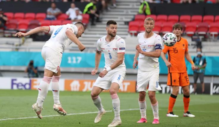 Lubang (nomor 9) menuju pembuka.  Foto: UEFA