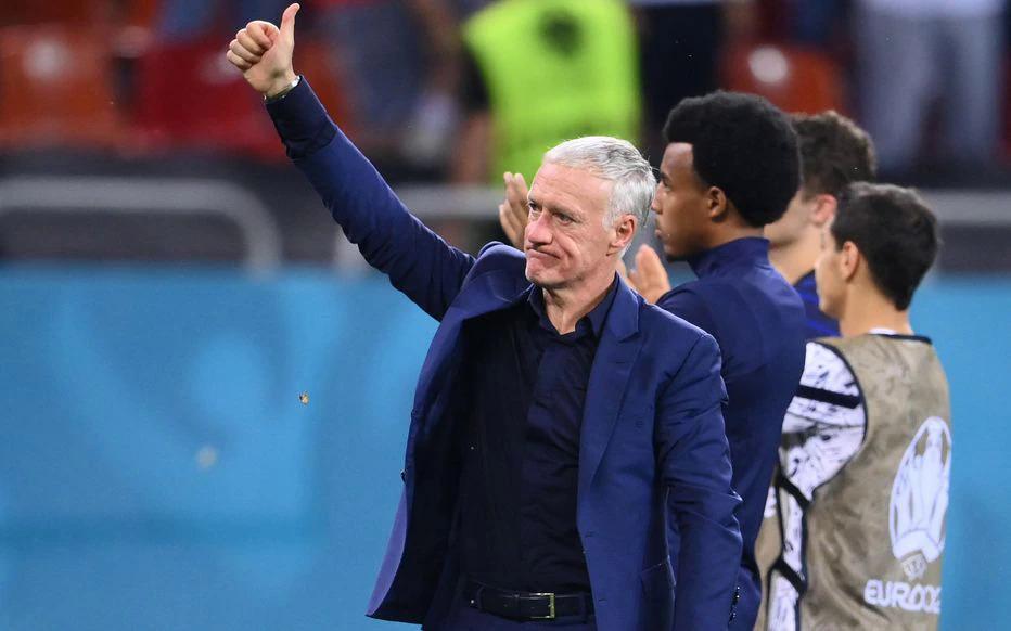 Deschamps chào người hâm mộ Pháp đến sân National, Bucharest, Romania cổ vũ Les Bleus hôm 28/6. Ảnh: Le Parisien