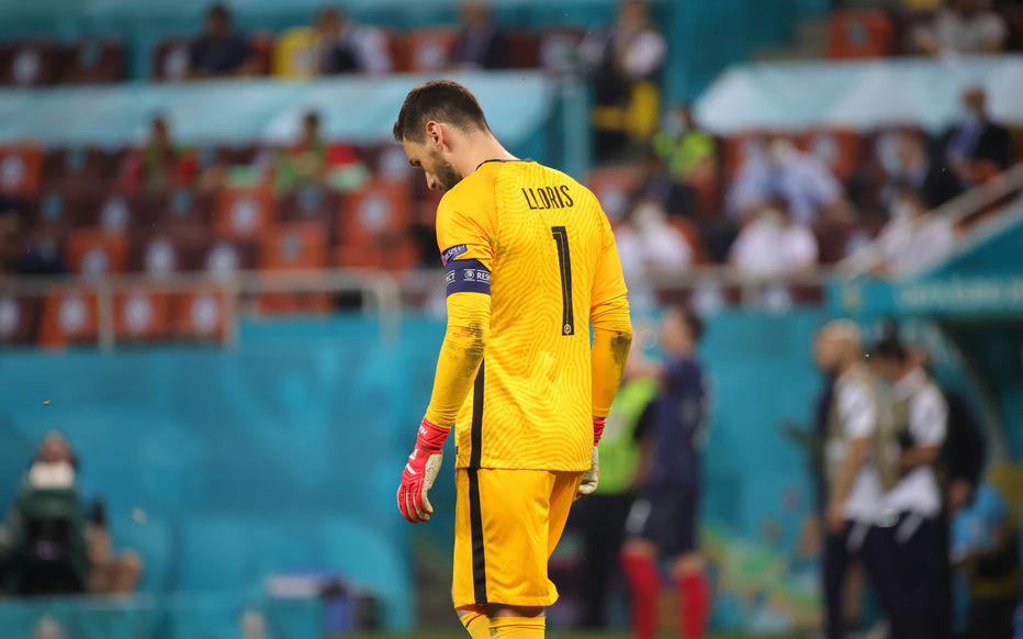 Lloris cúi đầu thất vọng sau loạt đá luân lưu mà Pháp thua 4-5 trên sân National, Bucharest, Romania hôm 28/6. Ảnh: Le Parisien