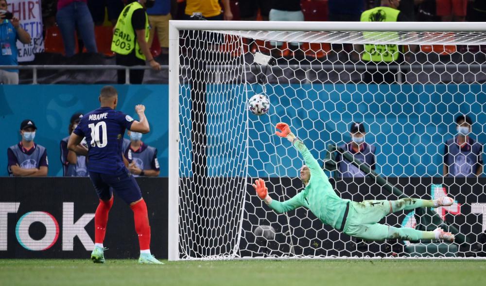Sommer mendorong penalti Mbappe.  Foto: Reuters.