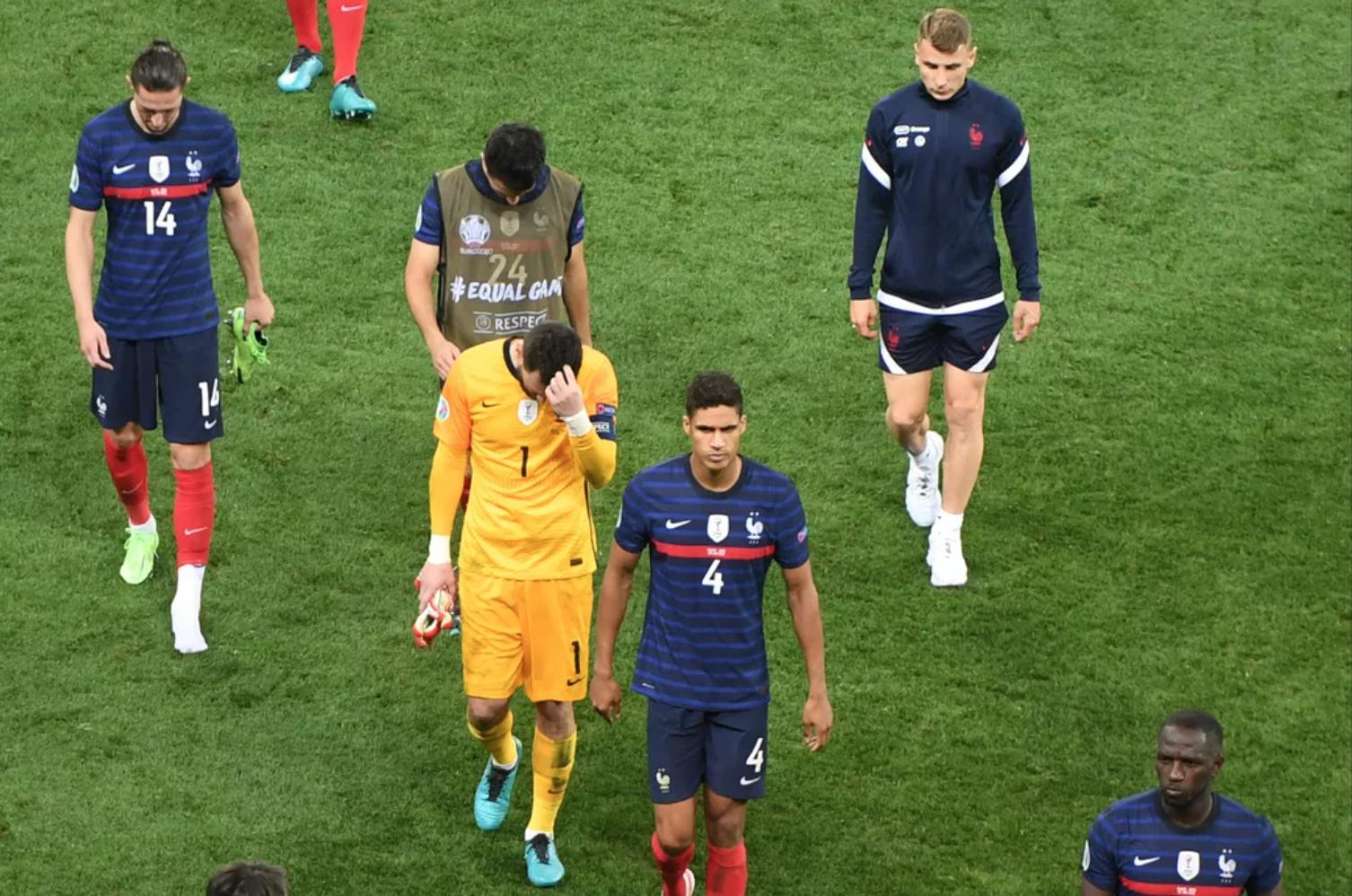 Cầu thủ Pháp rời sân sau thất bại dưới tay Thuỵ Sĩ trong loạt đá luân lưu. Ảnh: Panoramic