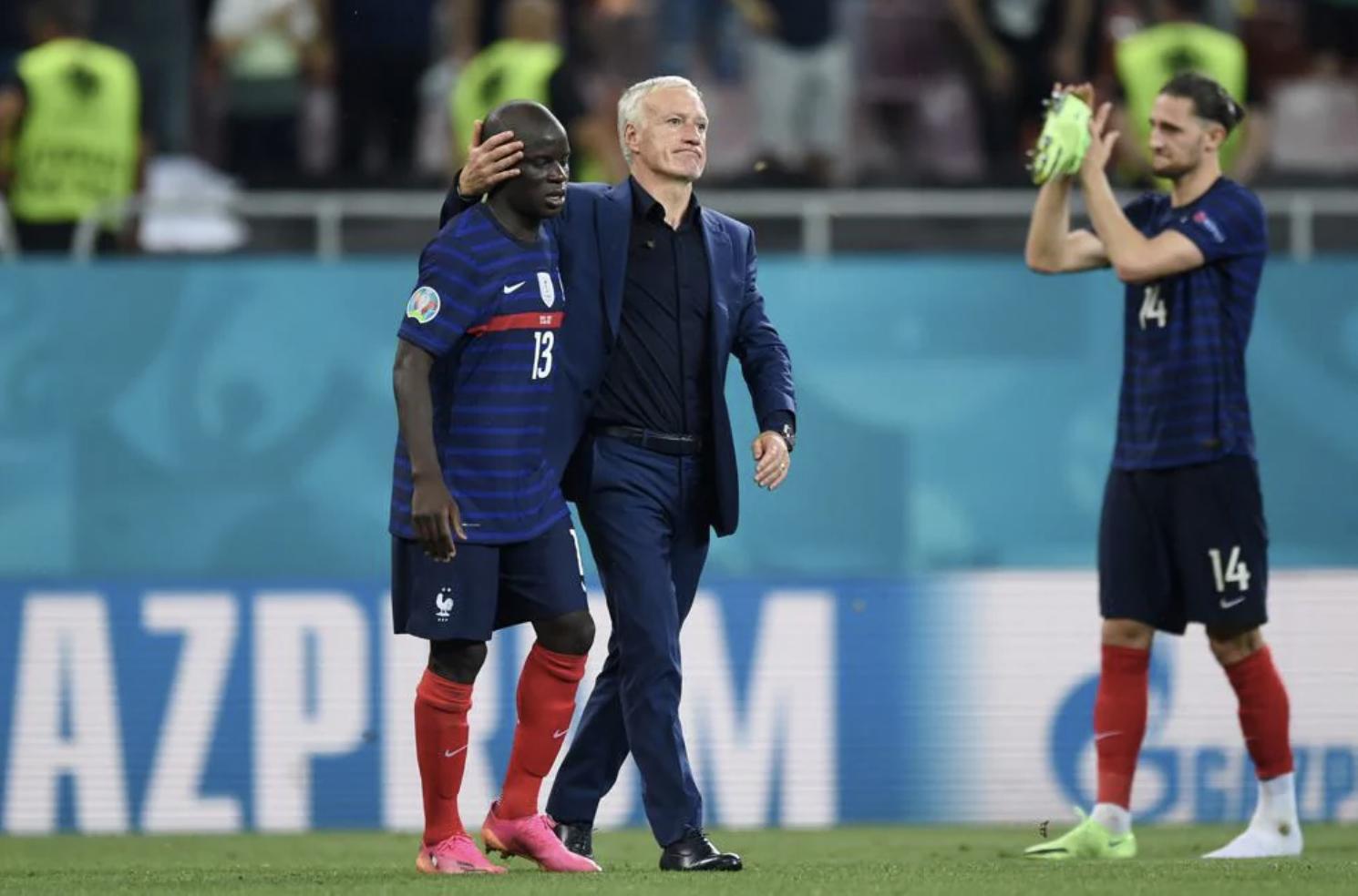 Deschamps mendorong Kante setelah pertandingan.  Foto: UEFA