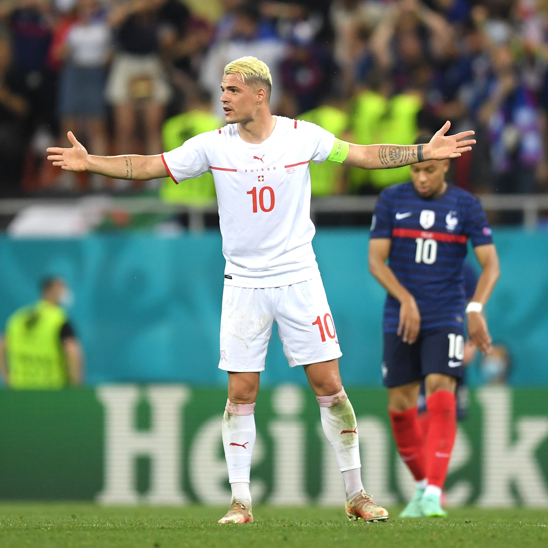 Xhaka phấn khích sau khi Thuỵ Sĩ thắng Pháp ở loạt luân lưu. Ảnh: UEFA