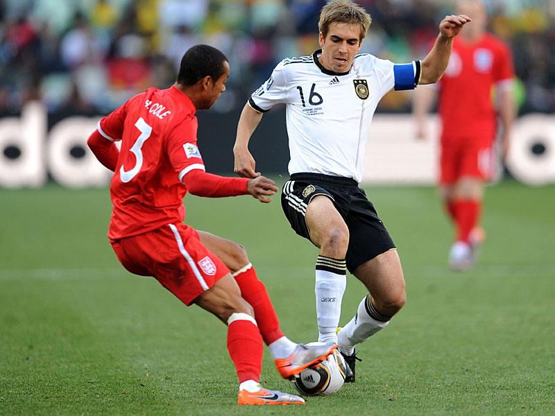 Lahm đeo băng đội trưởng khi Đức hạ Anh 4-0 ở vòng 1/8 World Cup 2010. Ảnh: DFB