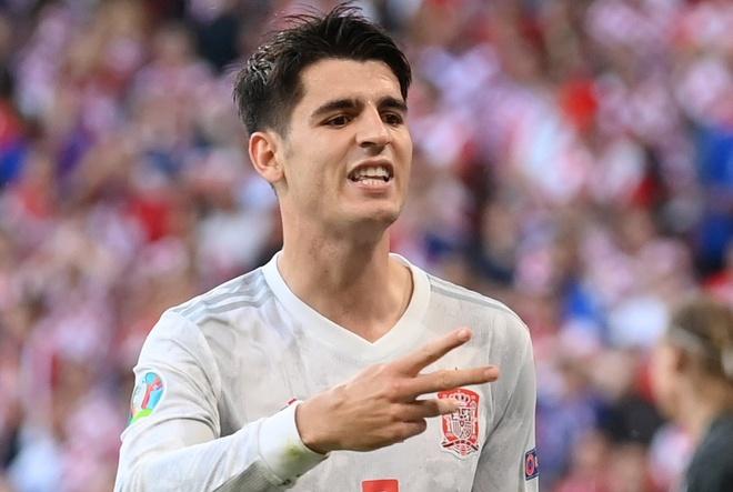 Morata sánh vai với các huyền thoại của đội tuyển. Ảnh: Reuters.