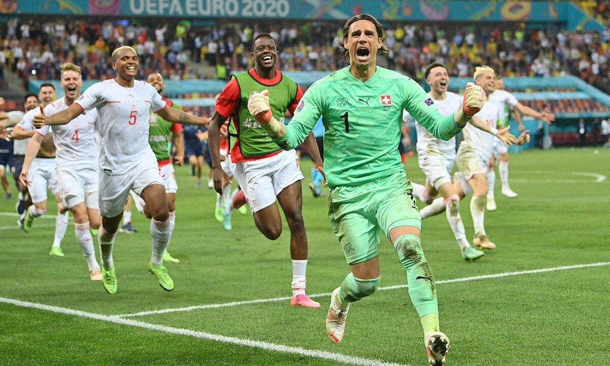Kiper Yann Sommer merayakan gol tendangan penalti penentu Mbappe.  Foto: AP