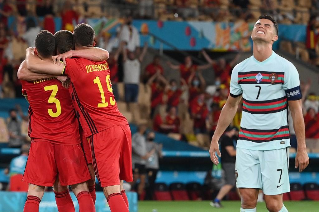 Ronaldo nhăn nhó sau khi Bồ Đào Nha thua Bì 0-1 ở vòng 1/8. Ảnh: AFP.
