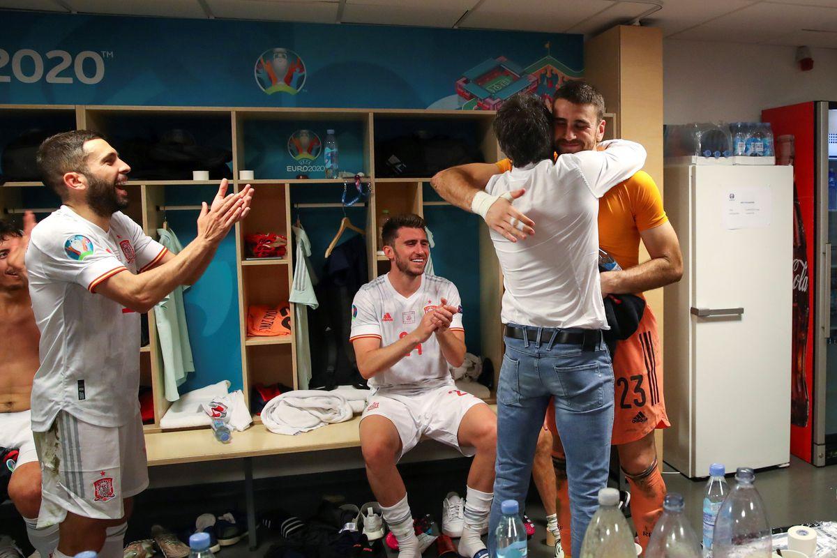 HLV Enrique ôm chúc mừng, trong khi các tuyển thủ Tây Ban Nha vỗ tay hoan hô Simon khi cả đội về phòng thay đồ sau chiến thắng. Ảnh: EFE