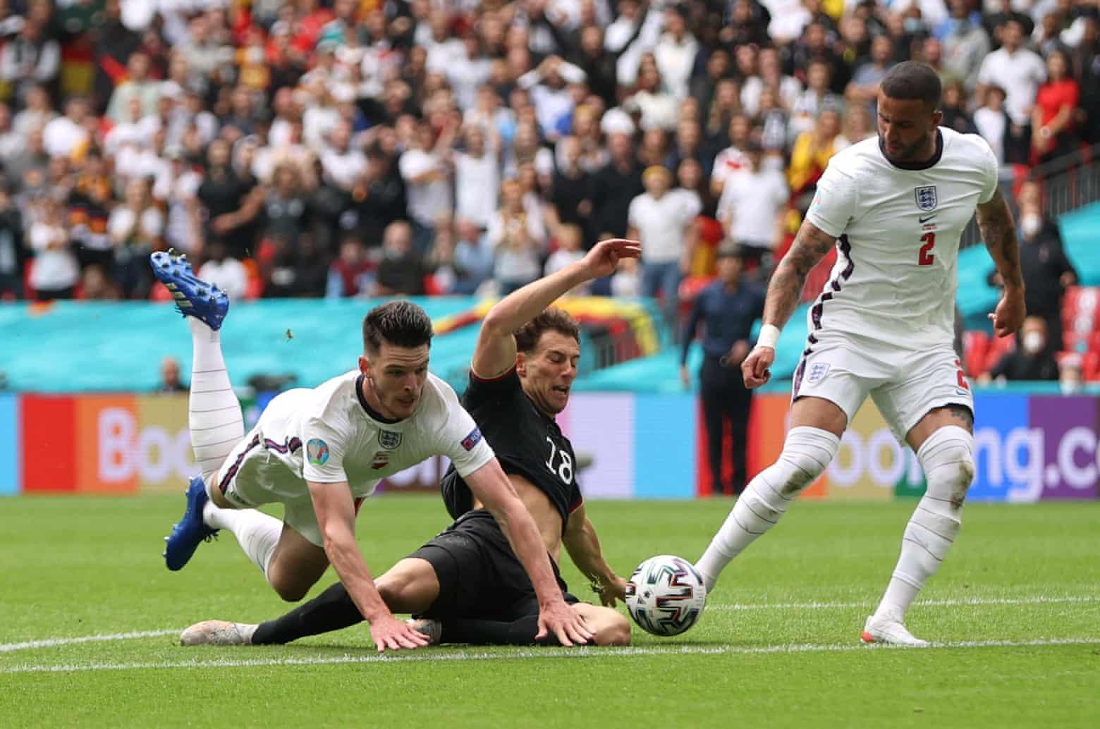 Declan Rice melakukan pelanggaran terhadap Leon Goretzka pada menit ke-9 saat Inggris menang 2-0 atas Jerman pada 29 Juni.  Foto: Reuters