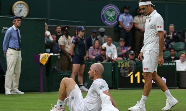 Mannarino (trái) dừng cuộc chơi sau một pha trượt chân. Ảnh: AFP