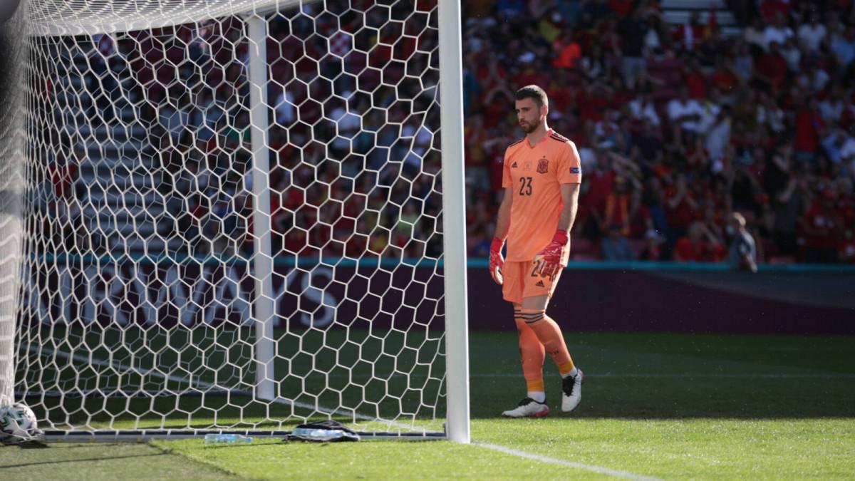 Simon chán nản sau bàn thua từ sai lầm của anh ở đầu trận vòng 1/8 với Croatia. Ảnh: Reuters
