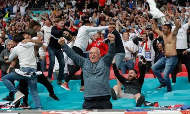 CĐV Anh mở hội tại Wembley sau khi Kane ghi bàn ấn định tỷ số 2-0. Ảnh: Guardian.