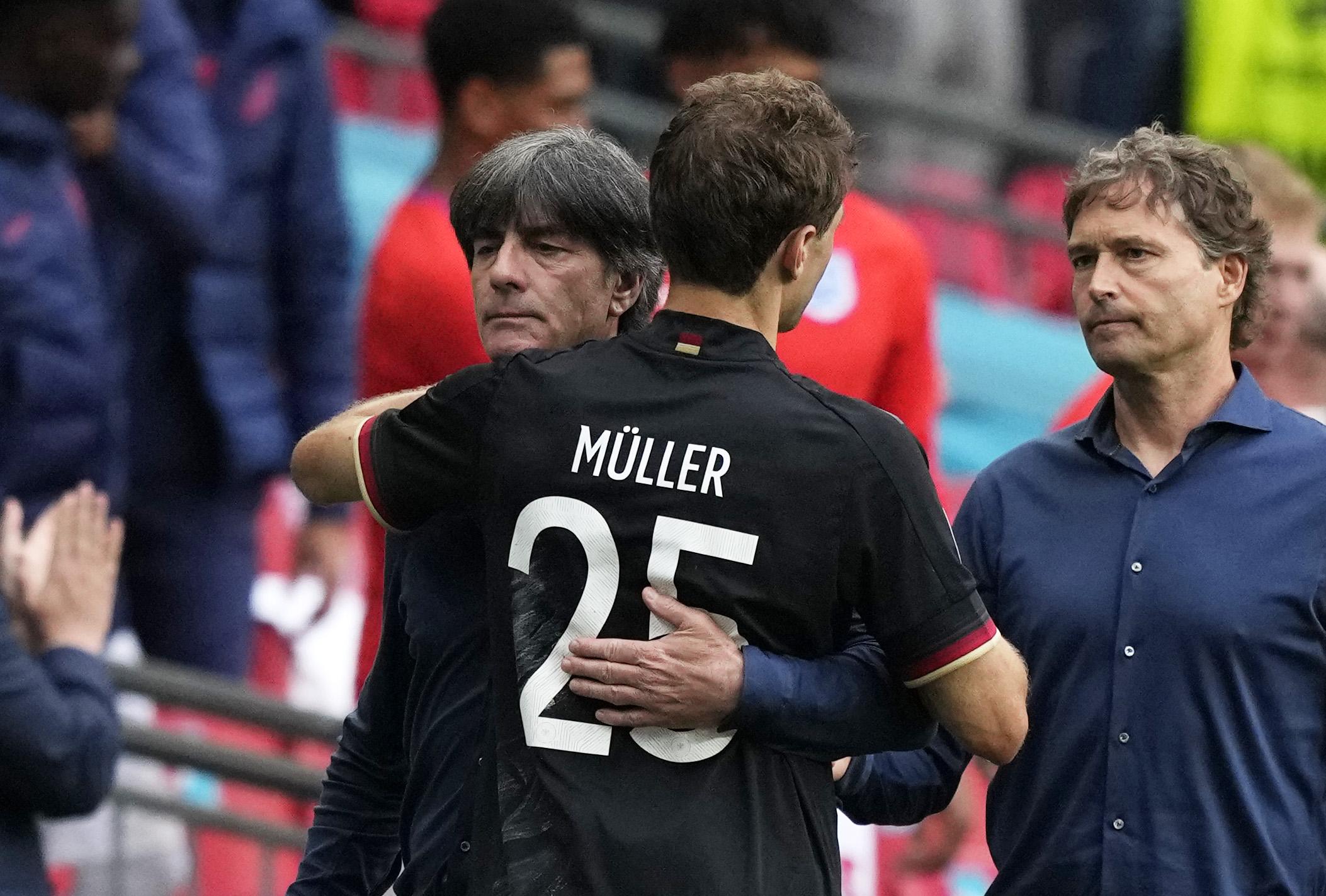 Low sedih ketika Muller datang untuk menghiburnya setelah kekalahan Inggris di Wembley.  Foto: DFB