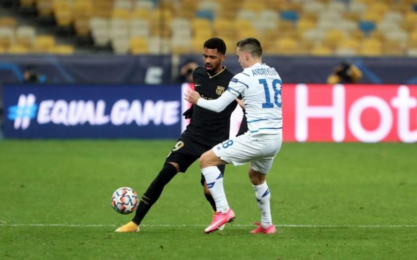 Matheus (baju hitam) memainkan satu-satunya pertandingan untuk Barca saat bertemu Dynamo Kiev di Liga Champions.  Foto: AP.