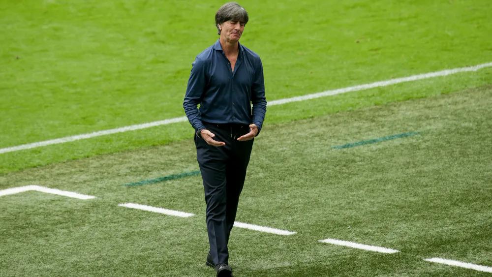 Joachim Low mengucapkan selamat tinggal pada Euro 2021 setelah kekalahan di tangan Inggris.  foto: imago