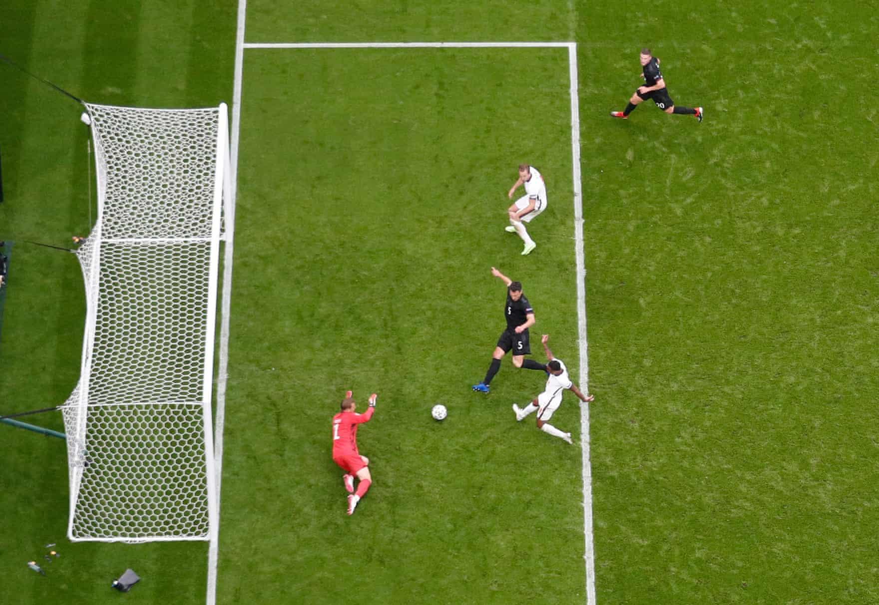 Sterling trong tình huống mở tỷ số trận Anh thắng Đức 2-0 hôm 29/6. Ảnh: Reuters