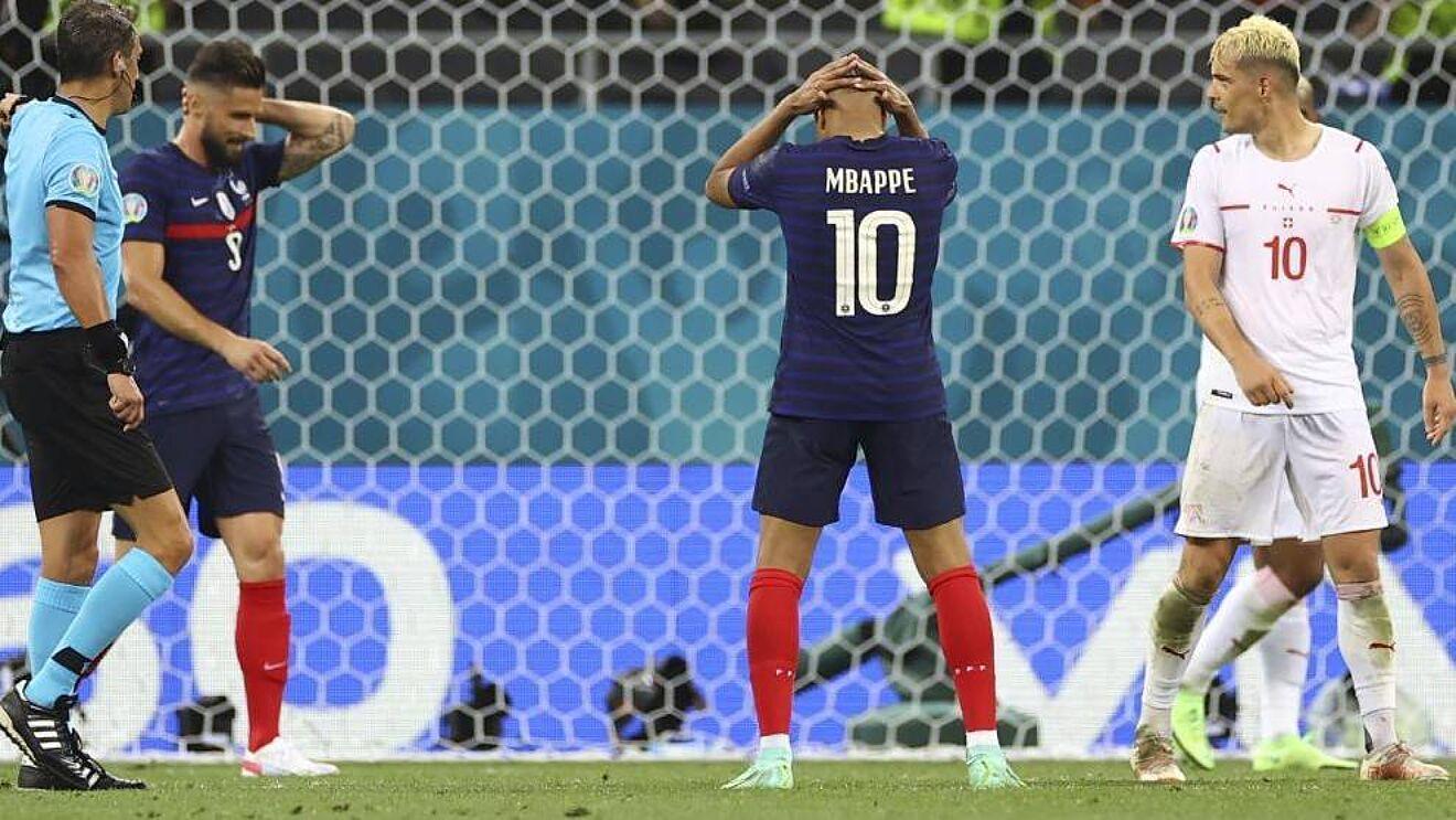 Mbappe bị cho là kiêu ngạo, hờn dỗi kiểu trẻ con với Giroud và gây mất đoàn kế nội bộ trong tuyển Pháp. Ảnh: Marca