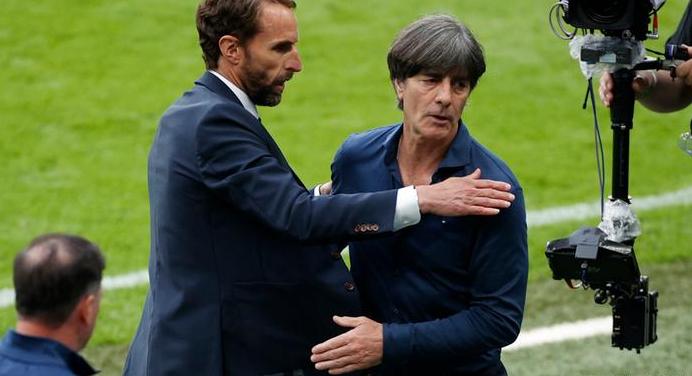 โลว์ (ขวา) เคยพาเยอรมนีเข้ารอบชิงชนะเลิศยูโร 2008 และคว้าแชมป์ฟุตบอลโลกปี 2014 ภาพ: Reuters