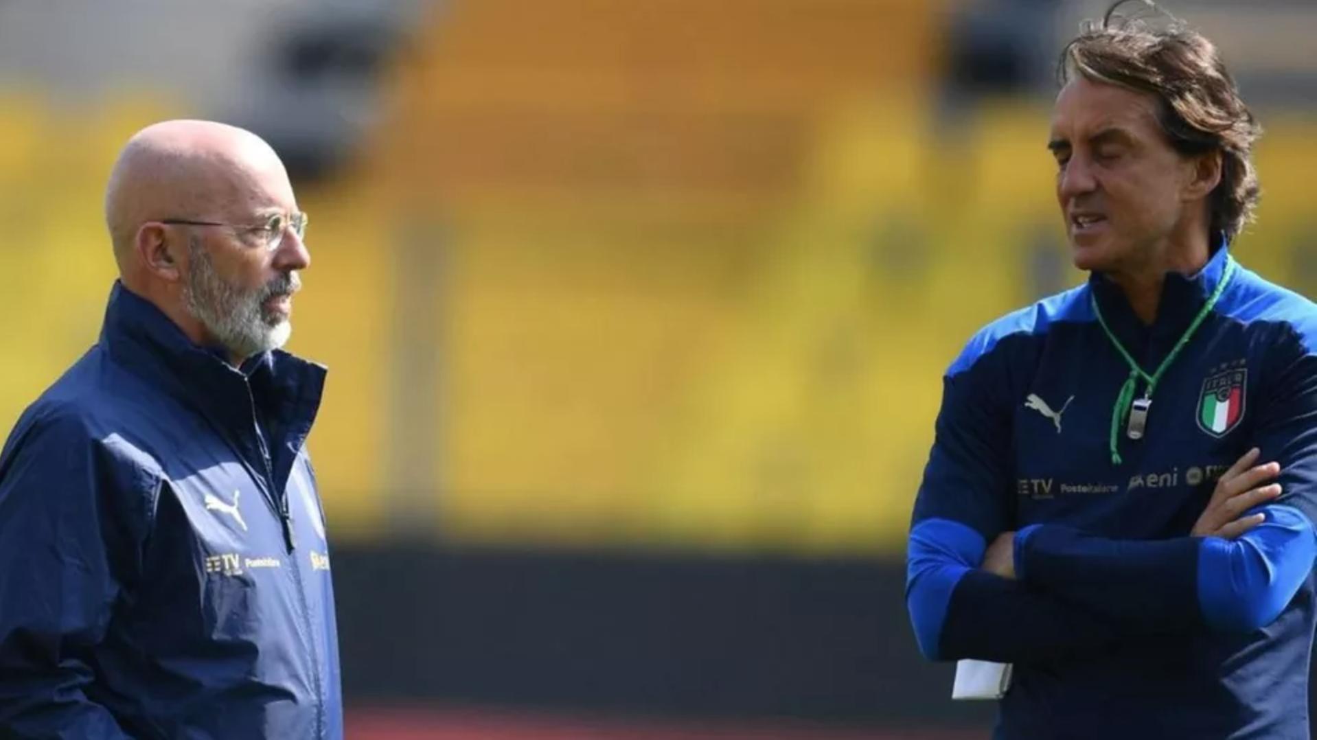 Gianni Vio (kiri) dalam pertukaran dengan Mancini di tempat latihan Italia.  Foto: Nuova Venezia