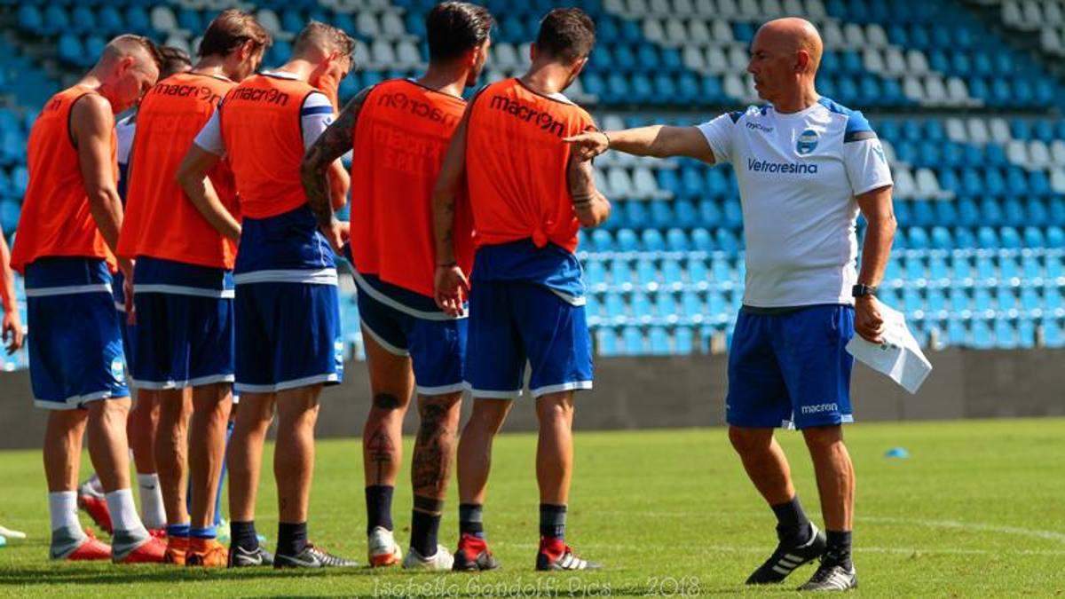 Vio melatih pemain SPAL dalam fase set pada musim 2018-2019.