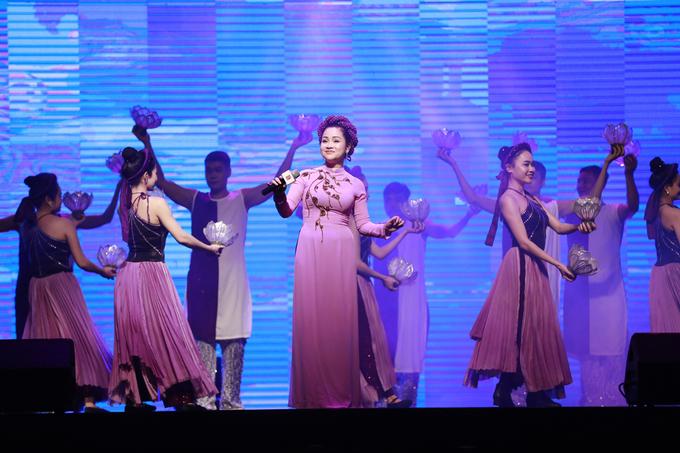 Tiết mục chầu văn do nghệ sĩ Mai Lê và nhóm múa nhà hát ca kịch Huế trình diễn. Ảnh: Hữu Khoa.
